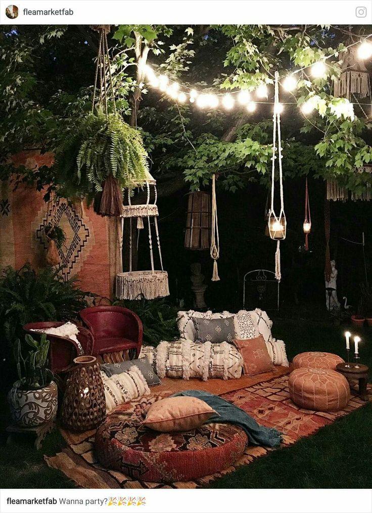 Espaço boho e um jardim à noite.
