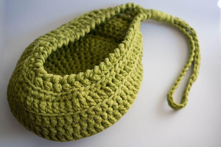 Patrón gratis de ganchillo - crochet de una cesta colgante de trapillo muy fácil de hacer para principiantes. ¡Ahora con tutorial paso a paso con fotos!