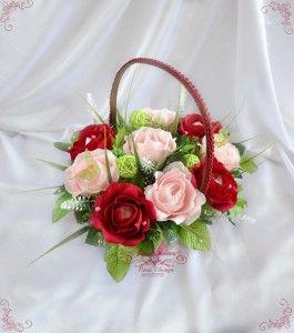 """Букет из конфет """"Август"""" – классическое сочетание цветов в одном букете.  В этом букете 9 распустившихся роз ручной работы из флористической бумаги, внутри каждой розы конфетка Raffaello."""