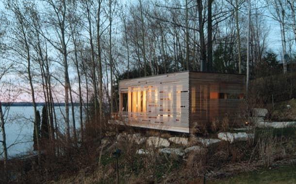 Moderno refugio de madera ubicado junto al Lago Simcoe (Canadá) Este proyecto tiene ya unos años pero no por ello ha perdido interés. Al contrario sigue siendo fuente de inspiración para muchos de los diseños de refugios actuales. Es una habitación situada colina arriba de la casa principal de los clientes en un lugar donde antes era utilizado para ver las puestas de sol. Pero desde allí también hay unas hermosas vistas al Lago Simcoe (Ontario Canadá). Se llama Sunset Cabin y es un moderno…