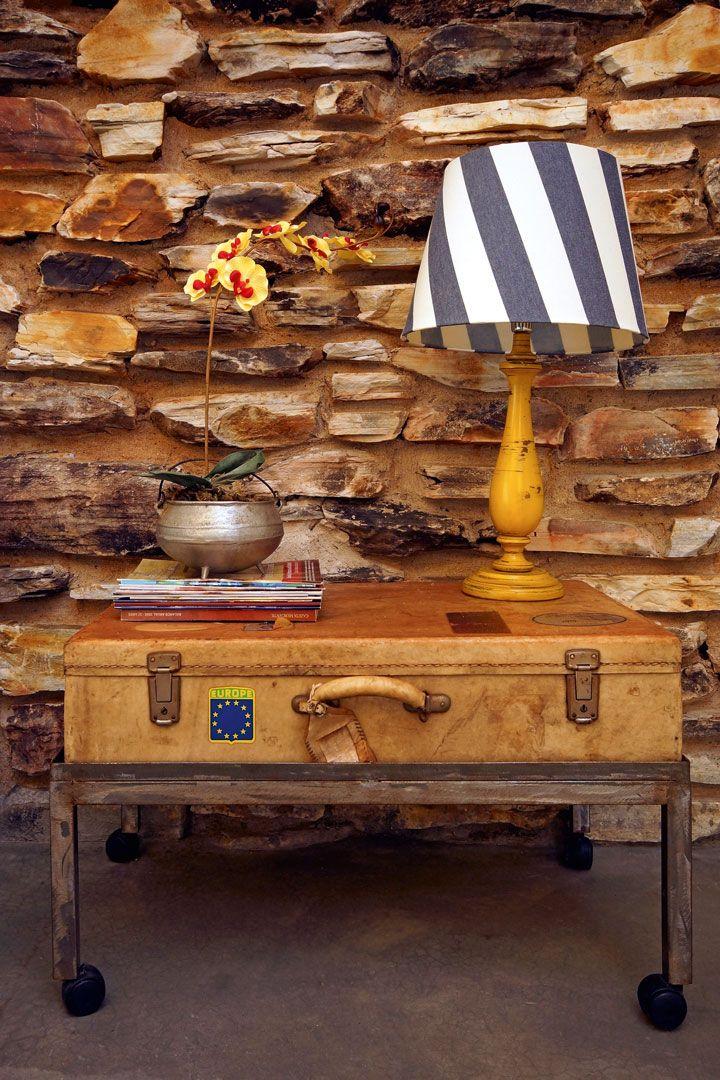 O design de interiores desta casa de veraneio à beira d'água foi concebido por Sarita Ávila para inspirar momentos de relax. Veja o projeto completo no site: http://www.comore.com.br/?p=22806 #revistainterarq #saritaavila #personalidadeexclusiva #mala #criadomudo #abajur #projetodeinteriores #decorcao #interarqinterior