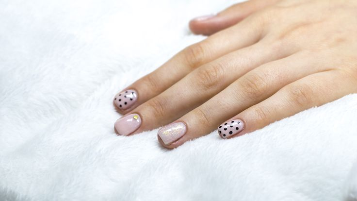 delicate nails with dots nude nails Gnails  www.gnails.pl