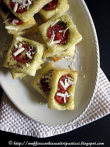 muffins, cookies e altri pasticci: Sfogliatine con pesto, pomodorini e ricotta salata...