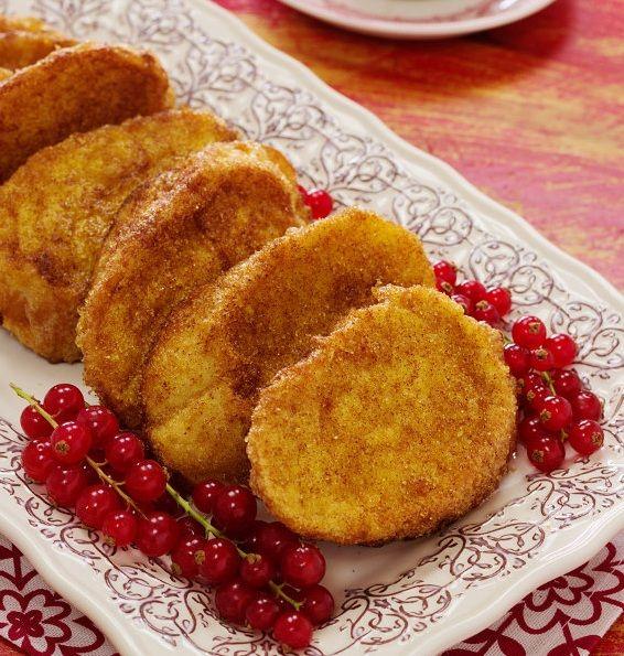 De véspera, cortar o pão em fatias, na diagonal, com aproximadamente 1,5 cm de espessura. Dispor o pão cortado num tabuleiro sem o sobrepor e tapar.