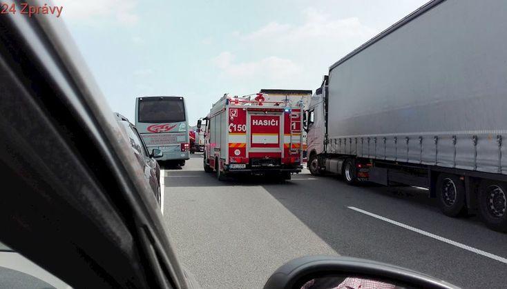 Na dálnici D2 jel vůz v protisměru, narazil do svodidel