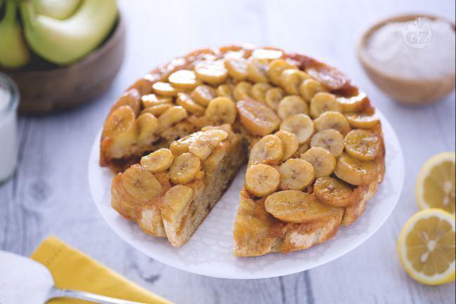 La torta rovesciata alle banane è un dolce alla frutta morbido avvolto da un salsa al caramello invitante e golosa.