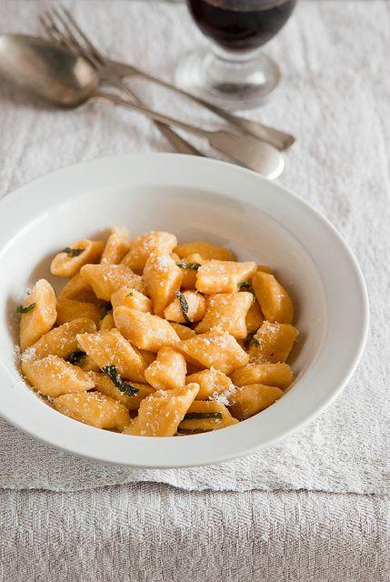 Gli gnocchi di zucca sono sempre un grande classico della cucina mantovana. Conditeli con burro, salvia e Grana Padano per esaltarli al meglio!