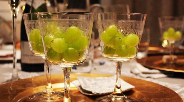 El orígen no es muy cierto, pero hay dos teorías y ambas ocurren en España. Una cuenta que a finales del siglo XIX, un grupo de madrileños se burlaron de la clase burguesa y su afán por comer uvas y beber champán en la cena de Nochevieja.</p>
