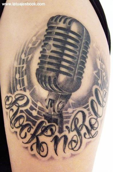 Increíble tatuaje de micrófono con notas musicales y frase Rock & Roll                                                                                                                                                      Más