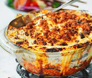 Moussaka, den klassiska grekiska gratängen med potatis, lammfärs och aubergine i grunden. Moussakan smaksätter du bland annat med vitlök och krossade tomater innan lite fetaost med ljuvlig sälta får toppa gratängen.