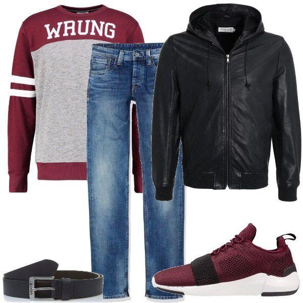 Felpa con scritta bordeaux e grigia con scritta bianca, jeans vita normale effetto délavé, giubbotto di pelle nero con zip e cappuccio, sneakers bordeaux con striscia nera, cintura in pelle nera Levi's.