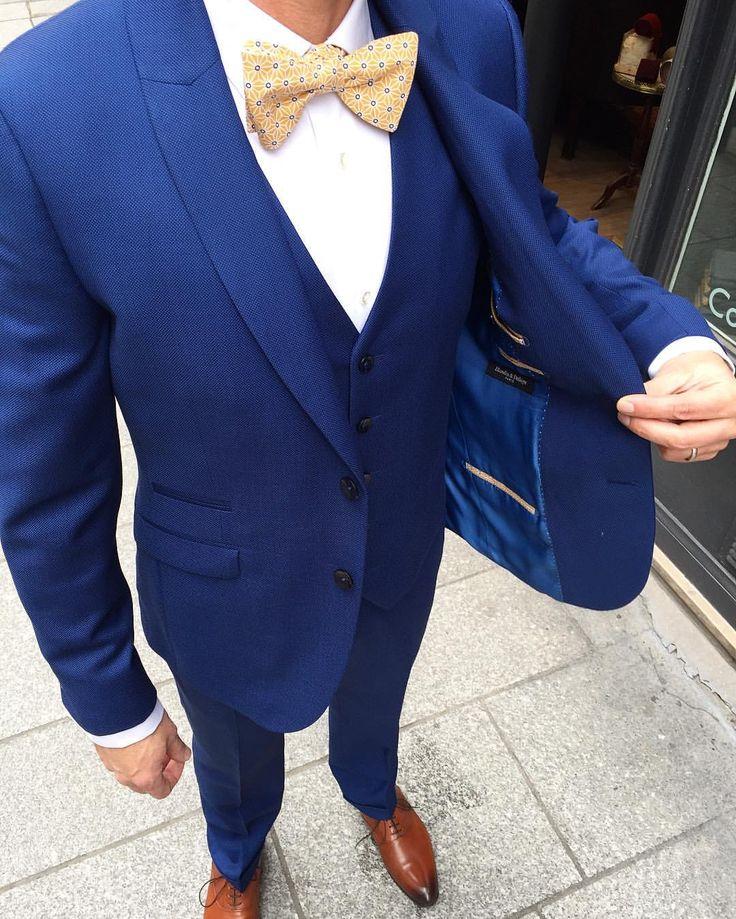 Le marié en caviar bleu et accessoires moutarde.