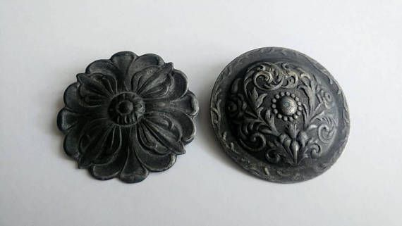 Bekijk dit items in mijn Etsy shop https://www.etsy.com/nl/listing/583246525/vintage-pair-tin-pewter-shield-brooches
