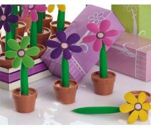 Bolígrafo en forma de flor. P2601 http://www.regalodetalles.es/boligrafo-forma-flor-p2601-p-3231.html. Precioso y femenino bolígrafo para regalar a las invitadas