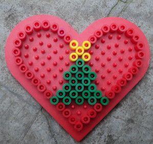 Modèles perle Hama Pour réaliser ces modèles, il vous faut 1 petite plaque coeur. Un clic sur les images pour les avoir en grandes D'autres modèles de Noël : ici