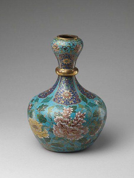 На фото вы видите китайские вазы с перегородчатой эмалью, которые датированы…