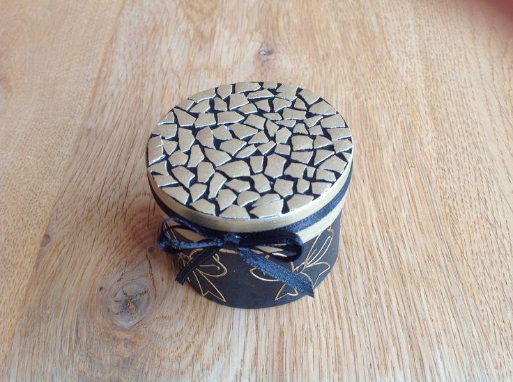 Eggshell mosaic wooden box -Eierschaal mozaïek op houten doosje