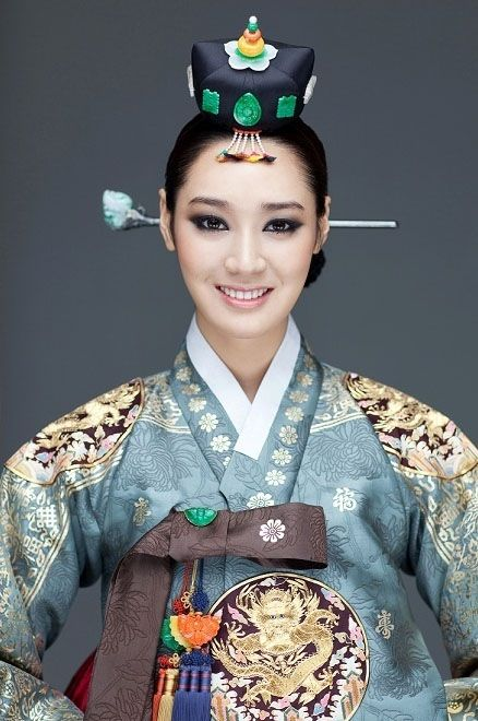 Jung so-ra from Korea: very traditional, it's rich and elegant.