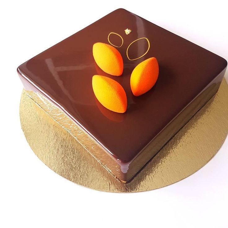 Торт Шоколад-Мандарин. Шоколадный бисквит докуаз, начинка из мандарина, кремё маракуйя, мусс из темного бельгийского шоколада и шоколадная зеркальная глазурь  Рецепт @vera_nika37 Кто там говорил, что шоколадные торты - это зимний вариант? Не поверите, но делать их не успеваю, разлетаются как горячие пирожки