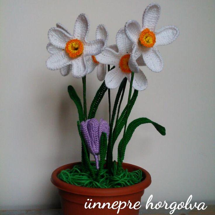 Érdekesen mutat, hogy az ablakban vannak ezek a vidám virágok, míg odakint nagy pelyhekben hull a hó. :D   Idén már eleg...