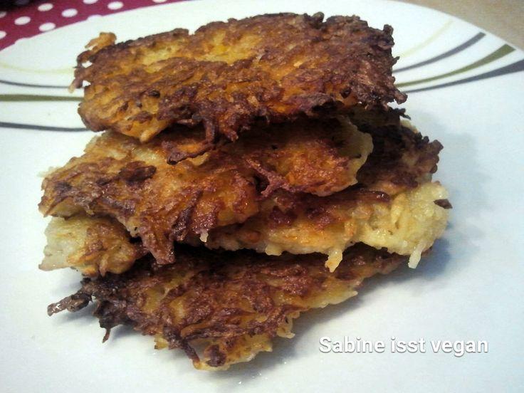Heiß und goldbraun gebacken, sind Kartoffelpuffer ein Gedicht. Und dazu Apfelmus - mmmh! Vegan, lactosefrei und ohneEi