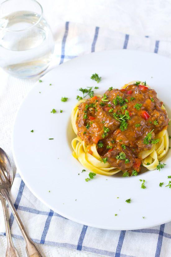 Recept stroganoff saus voor pasta. Een saus zonder tomaten. Op een blikje tomatenpuree na. Met rundlvees, champignons en gerookte spekjes.