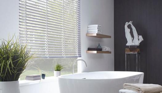 Deze crème kleurige houten jaloezieën passen perfect in een mooie keuken of badkamer! Bij Solusions kunt u raamdecoratie op maat maken en bestellen! #jaloezieën #raamdecoratie