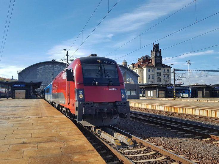 Franz Schubert (Prague > Graz) at Prague Main Railway Station  #prague #travel #train #franzschubert #international #express #bluesky #fall #autumn #street #streetphotography #galaxys6
