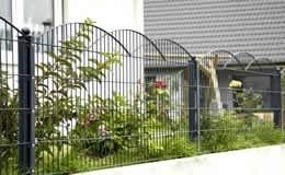 Schmuckzaun Typ Innsbruck. Die besonderen, ineinander verschachtelten Erhebungen gaben diesem exklusivem Schmuckzaun seinen Namen. Der Zaun ist aus hochwertigem Doppelstabgitter (6/6/6 mm)