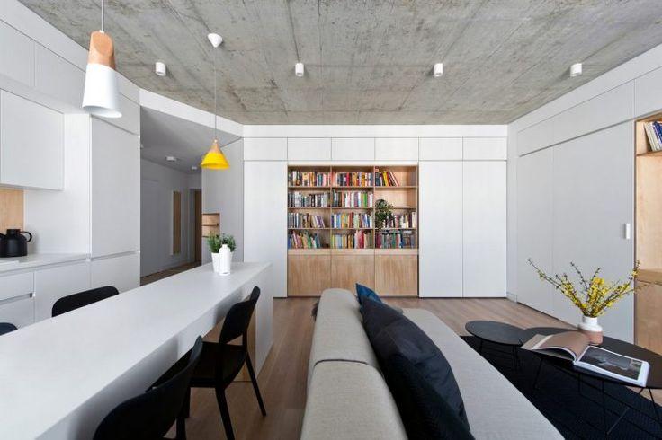Fiatal család 63m2-es otthona új építésű társasházban - fehér, fa és beton felületek, egységes bútorok