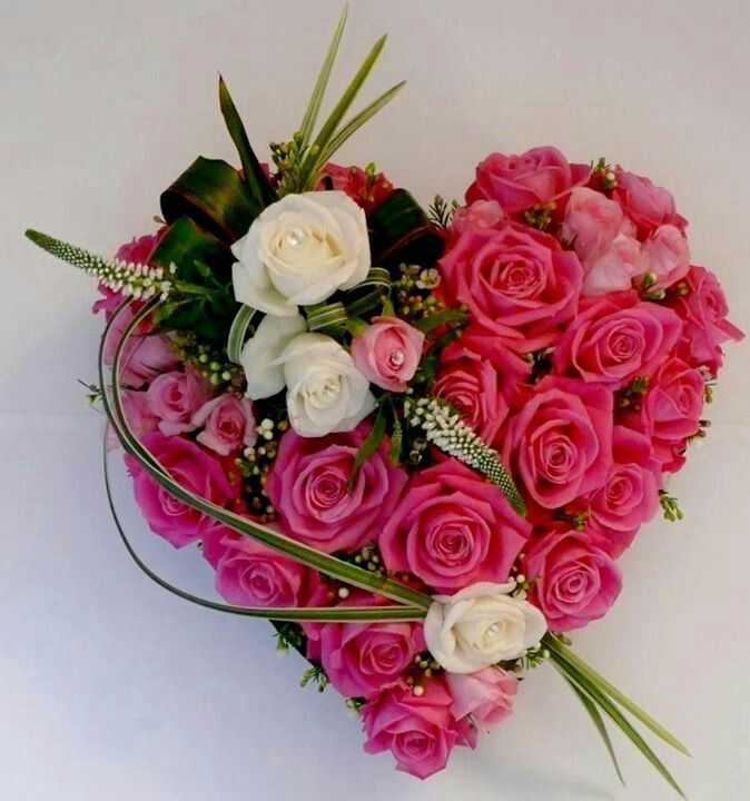Ein wunderschönes Blumen-Herz , extravagant mit Rosen dekoriert.