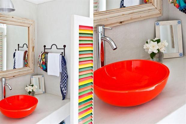 ¿Cómo sumo colores a mi casa?  La bacha en el baño suele ser blanca. Para darle una vuelta de tuerca podés eligir una en un tono llamativo -en este caso es rojo bermellón- que se lleve todas las miradas.         Foto:Archivo LIVING