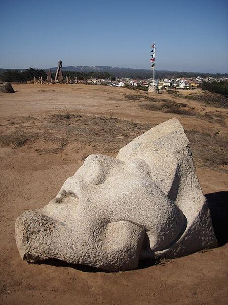 Una escultura de piedra tallada en los terrenos de Cantalao, proyecto artístico y cultural impulsado en Isla Negra por el poeta chileno Pablo Neruda. Fotografía del 17 de abril de 2012.