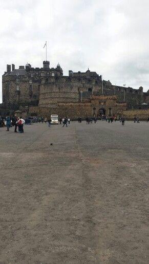 Edinburgh Castle en gråmulen dag.