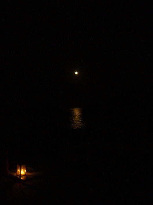 Luna llena en las playas de Santorini. Grecia/ Full moon at Santorini's beach. Greece