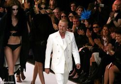 "Lee McQueen tendo um arco após o seu show SS 2003 ""Irere"""