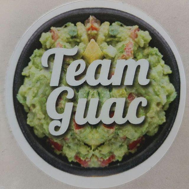 T est plus de la team guac ou team hummus? 😊😎 Des Stickers pour décorer ton ordi, frigo, cahiers...bref pour mettre partout 😜  Merci @obrigad.vegan.brand  #stickers #autocollant #pegatinas #guac #guacamole #hummus #deco