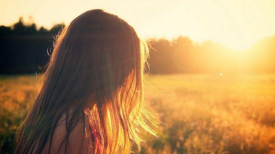 Glaubenssätze Header Frau im Sonnenuntergang