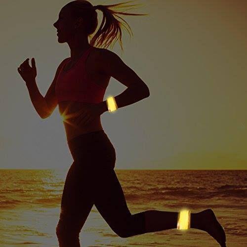 Cuando salgas a correr en horarios donde haya poca luz, llévate el brazalete LED para hacerte visible.