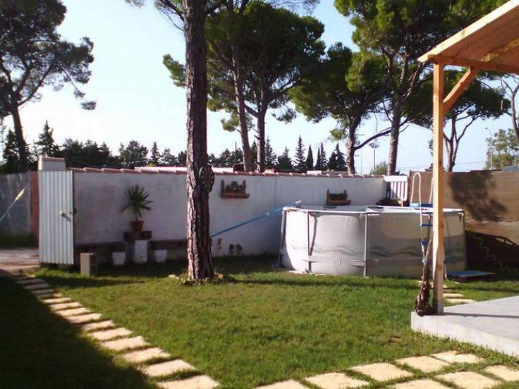 #Alquiler de #Casa #Rural en #Chiclana #Cadiz | Mar Casa Rural  Casa tipo americana con techos de madera.  Capacidad para 7 personas.  Salon con barra americana, cocina, dos dormitorios.  Uno de matrimonio y otro con literas y una cama.  Dos sofas camas en el salon para dos personas.  Totalmente equipado, sabanas, toallas, wifi, tv, horno, microondas y ffrigorífico.  Merendero y zona de barbacoa en la parte trasera.  Piscina en la parte delantera y zona de césped.