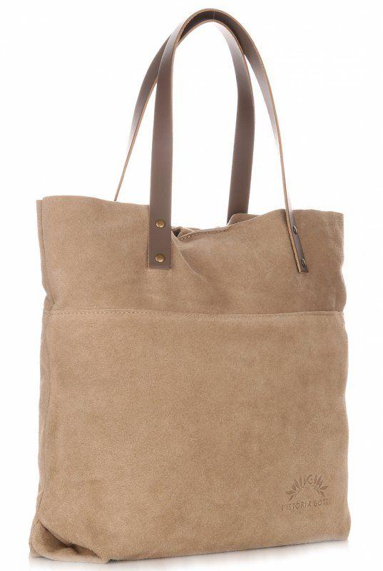 Exkluzivní kožená kabelka Vittoria Gotti to je model ideální na nákupy, procházku i na setká ní s přáteli. Mimořádně pohodlná, praktická, prostorná, potěší decentním a zároveň minimalistickým designem. To je skutečný must-have pro každou moderní ženu. Zemitá taška  zaujme přirozeným kouzlem.
