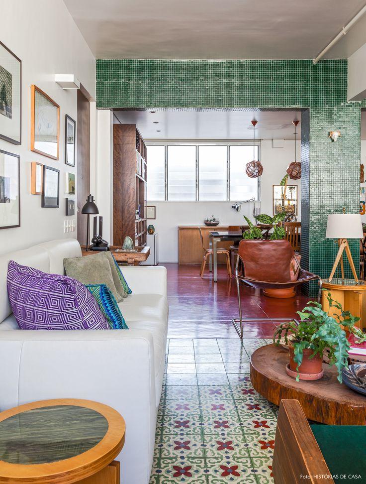 """A sala de estar tem piso de cimento queimado vermelho e """"tapete"""" de ladrilhos hidráulicos. Na decoração, destaque para a poltrona Paulistano."""