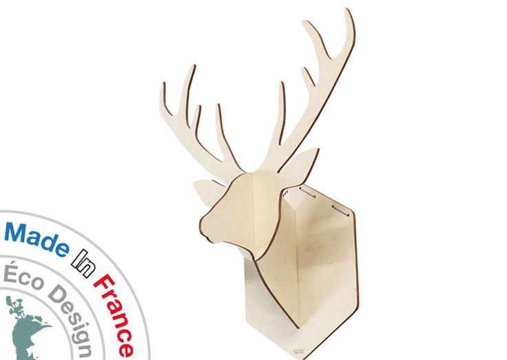 Petit trophée en bois Cerf Sylvestre désacralisé par Reine Mère, le trophée de chasse cerf devient un objet déco au look scandinave qui investit vos murs de façon insolite, créant un univers drôle et onirique.