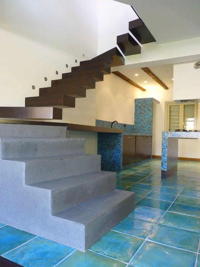 Cambio di materiali #DORIArchitetti #Scala #scale #stairs #up #step #gradini #rampa #gradino #giorno #modulari #casa #arredamento #corrimanovetro #legno #scalacemento #scalaL #wood #legno #segnapassi #luce