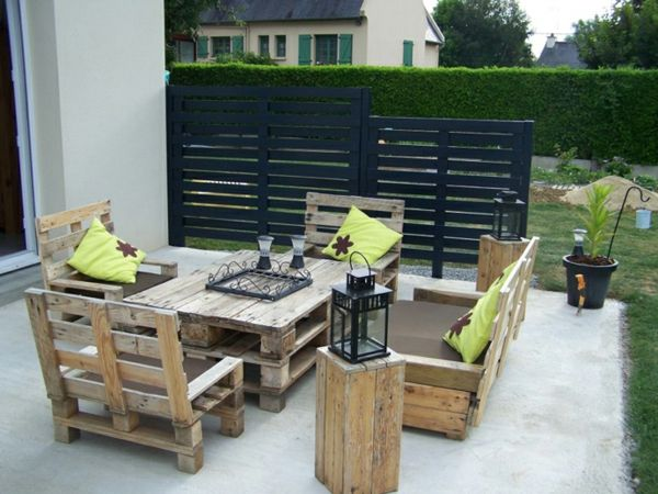 gr ne dekokissen und m belset aus europaletten im garten gartenm bel aus paletten 30. Black Bedroom Furniture Sets. Home Design Ideas