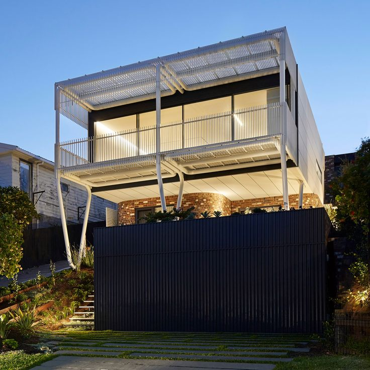 "Giant ""paperclips"" support living spaces and balcony at New South Wales home"