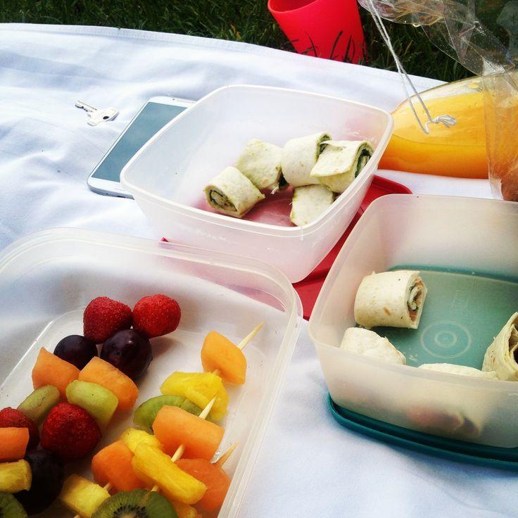 Picknick - Mini-Wraps und Fruchtspieße.