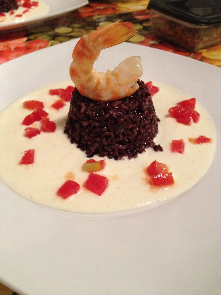 Tortino di riso venere con mazzancolle su crema di yogurt al curry