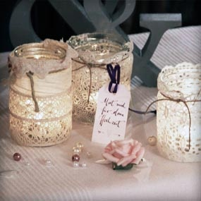 Aus alten Einmachgläsern und Spitze sind im Handumdrehen süße Teelichter gebastelt, die auf Hochzeiten wunderbar als Tischdekoration genutzt werden können.