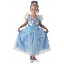 Jurk Assepoester Shimmer Child.  Dit mooi lichtblauw glitterjurkje is gemaakt van 100% polyester en is kreukvrij. Een Walt Disney Cinderella licentie-artikel.  Dit jurkje met als accessoire een prinsessen diadeem is echt een meisjesdroom. Het jurkje is extra mooi door de glitterornamenten en is mooi versierd met het embleem van Assepoester en een blauwe bloem.  Je kunt jouw kleine meid niet gelukkiger maken dan met dit mooi Disney prinsessenjurkje !!!!  Verkrijgbaar in de maat S (3-4 jaar)…